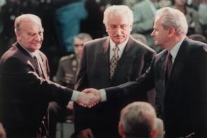 1. november 1995: Et håndtrykk mellom den bosniske presidenten Alija Izetbegovic og den serbiske presidenten Slobodan Milosevic, mens den kroatiske presidenten Franjo Tudjman betrakter dem i midten. 20 år etter preges Bosnia og Hercegovina fremdeles av mistro og skarpe skillelinjer. AFP PHOTO / JOE MARQUETTE