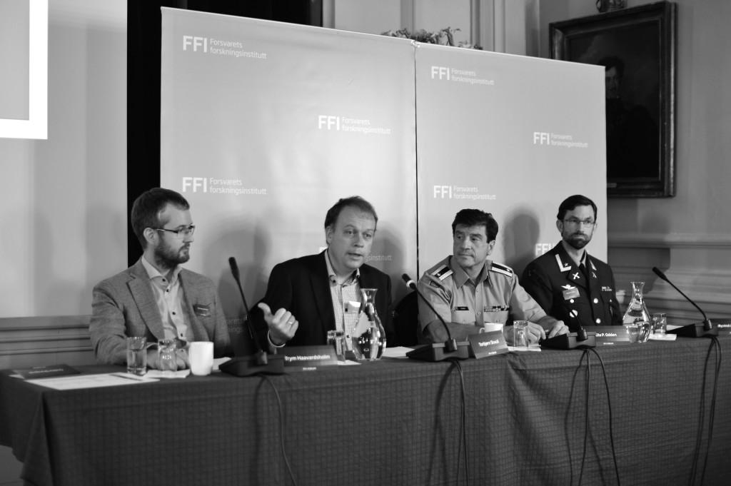 Panelet på FFIs forum diskuterer bruksområder for den nye kamerateknologien. Fra venstre: Trym Haavardsholm og Torbjørn Skauli, forskere på FFI, Major Ola Petter Odden, Hærens Combat Lab, og Major Øyvind Berg, Brigade Nord.