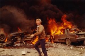 «Den 18. april 1983 ble USAs ambassade i Beirut sprengt i luften av en bilbomber. Jeg sto 300 meter unna og kom tidlig til åstedet. Den libanesiske fotografen Marwan Wakim tok bildet, som jeg fikk kjøpt mange måneder senere med rett til å publisere.»