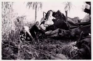«Fra frontlinje på iransk side i krigen mellom Irak og Iran ( 1980–1988). Vi kom under bombardementet mens NRKs fotograf Elfin Haug fortsatte å filme. Senere dro vi til Iraks side av fronten.»