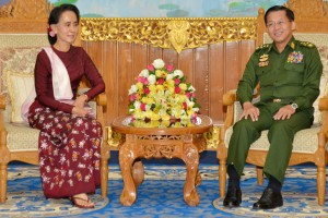 Aung San Suu Kyi i samtale med forsvarssjef Min Aung Hlaing. FOTO:AFP PHOTO / MYAWADDY