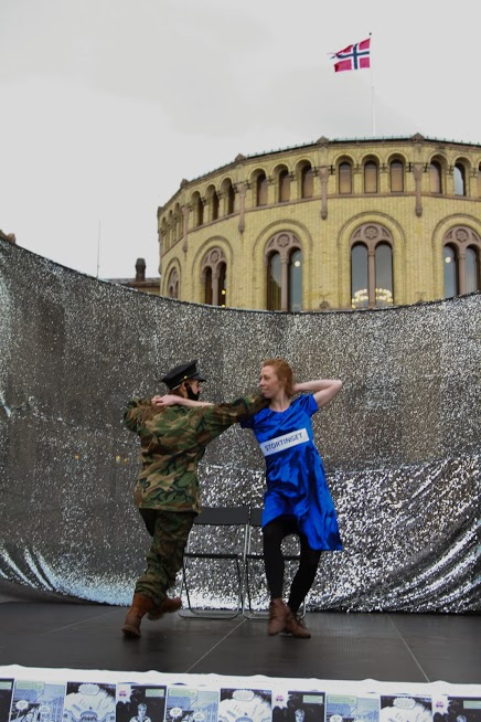 NORGES DANS MED DIKTATORER: Changemaker er kritisk til at Norge både låner penger og selger militært matriell til diktatoerer. Dette markerte de med en kampanje der en militærdiktator danset med Norge og Stortinget. FOTO: Øystein Windstad