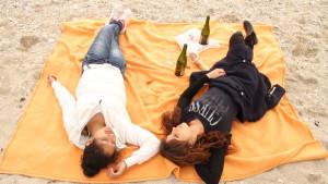Jenica & Perla zeigen durch ihre beiden Hauptfiguren junge Rumänen als getrennt und in die Kulturen ihrer Länder integriert. Jenica & Perla