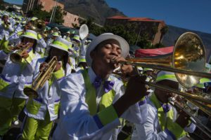 Cape Towns årlige karneval 2. januar. FOTO: AFP / RODGER BOSCHThis event dates back to the era of slavery in the Cape Colony, when the slaves were given the day off, on the day after New Year, January 2nd, and the slaves then celebrated with song and dance. Troupes of minstrels are formed, with bands of drummers and brass bands at the core, mostly in impoverished communities, in the Western Cape Province. They then practice during the year, make a troupe uniform, and then perform at this event, and other band competitions. More than 50 troupes take part in this event. / AFP / RODGER BOSCH