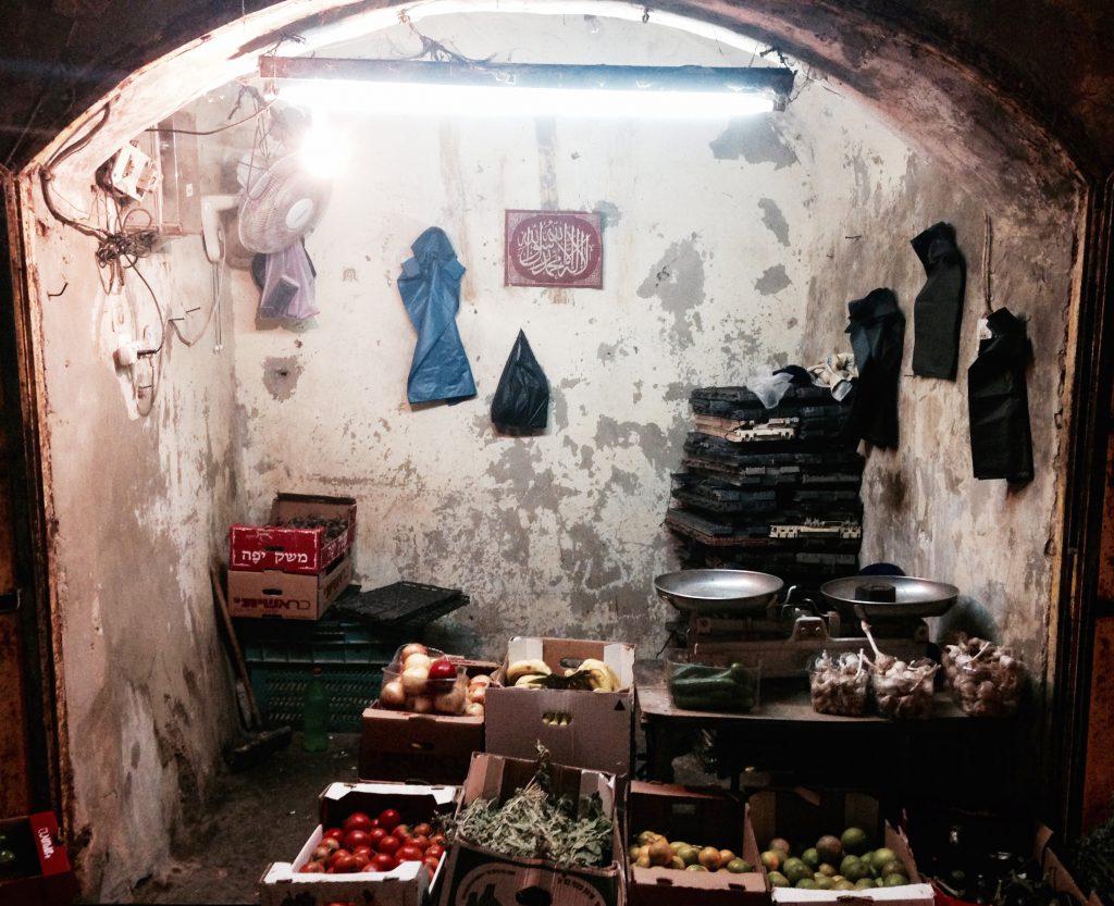 En frukt- og grønnsaksbutikk i gamlebyen