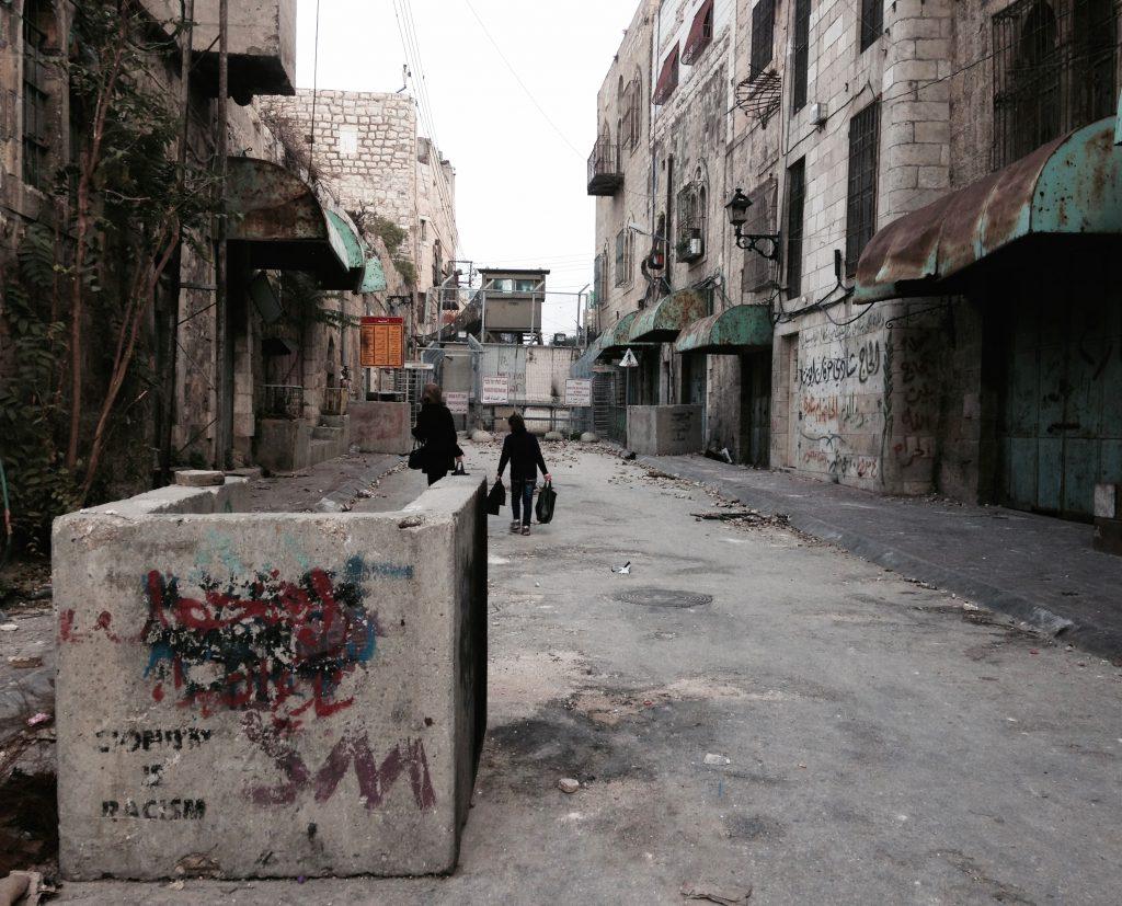 Palestinske kvinner på vei mot et checkpoint
