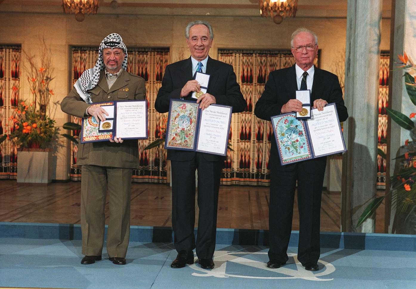 ARAFAT ER DØD OSLO 19941210. NOBELS FREDSPRIS 1994. Nobels fredspris for 1994 er delt mellom Yasir Arafat, Shimon Peres og Yitzhak Rabin . Her prisvinnerne sammen med medalje og diplom i Oslo Rådhus. Arkivfoto: Lise Åserud / SCANPIX