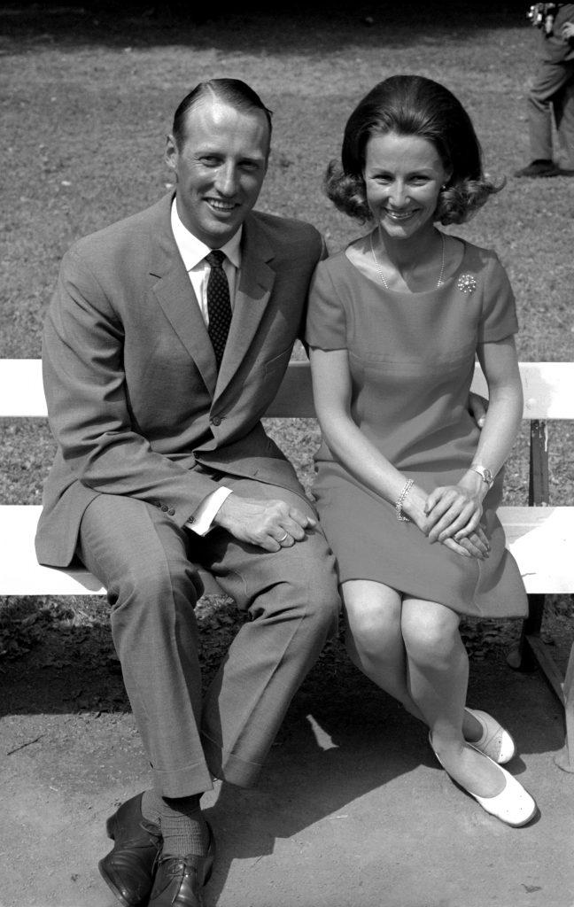 Kongelig norsk forlovelse. Kronprins Harald og Sonja Haraldsen på pressekonferanse i Dronningparken etter forlovelsen.  NTB arkivfoto / Scanpix