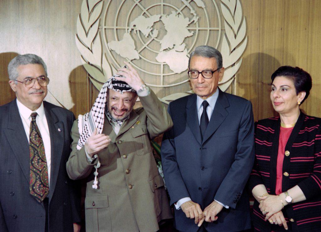 Hanan Ashrawi kommer til Oslo i forbindelse med årets palestinakonferanse. Her ser du henne sammen med PLO-leder Yasser Arafat, daværende FN generalsekretær Boutros- Ghali og nåværende president i Palestina Mahmod Abbas, en dag etter signeringen av Oslo-avtalen i 1993. FOTO: AFP
