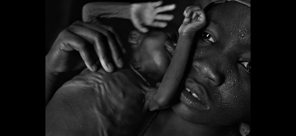 © Eugene Richards, Donna in Congo con bambini