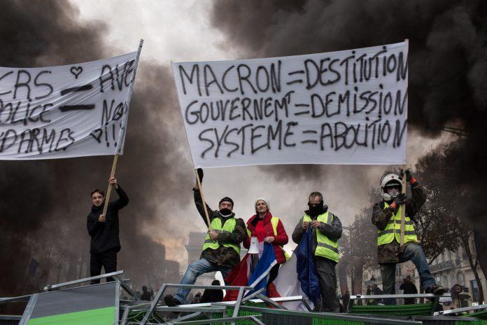 FRA - LA MANIFESTATION DES GILETS JAUNES DEGENERE AUX CHAMPS ELYSEES