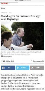 Ein 58-jähriger Mann wird beschuldigt, eine Gruppe von Flüchtlingen angespuckt zu haben. Dies war eine große Überraschung, als mehrere Medien das Bild von Informationsfotografin Sigrid Nygaard veröffentlichten. Der Mann wird wegen Verstoßes gegen die Rassenklausel und die Gewaltklausel angeklagt. (Faksimile-Informationen am 29.10.2015)