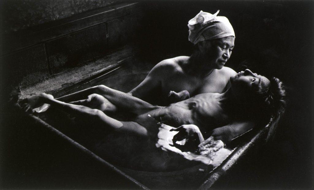 Inimate. © W. Eugene Smith «Tomoko nel suo bagno»