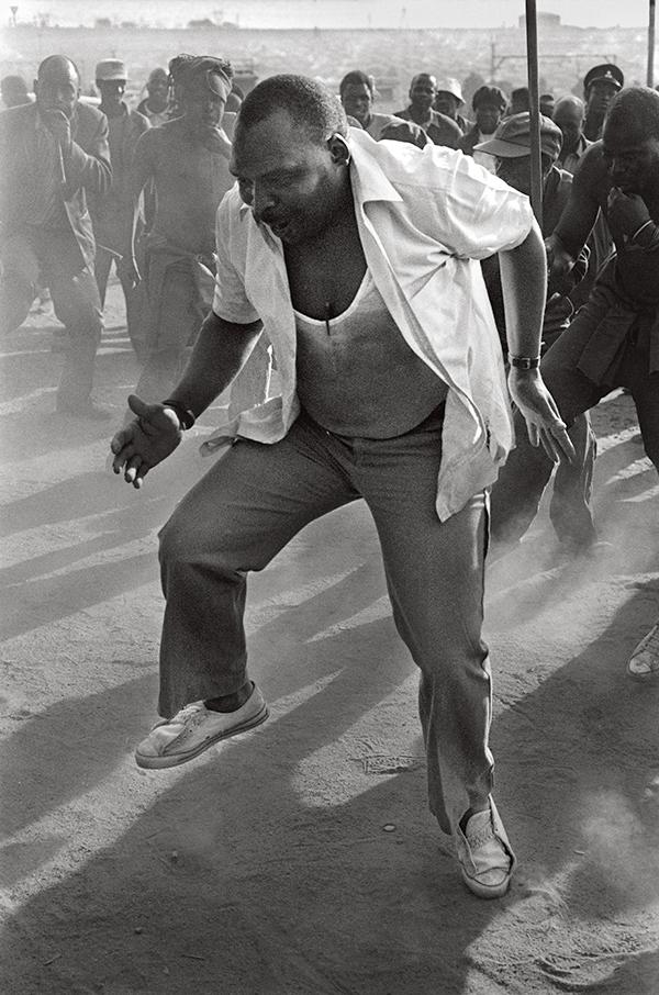 "Objednávka Ger ""Santu Mofokeng, Bez názvu, ze seriálu Pedi Dancers, cca 1989 © Umělec a se svolením Lunetta Bartz, Maker, Johannesburg"