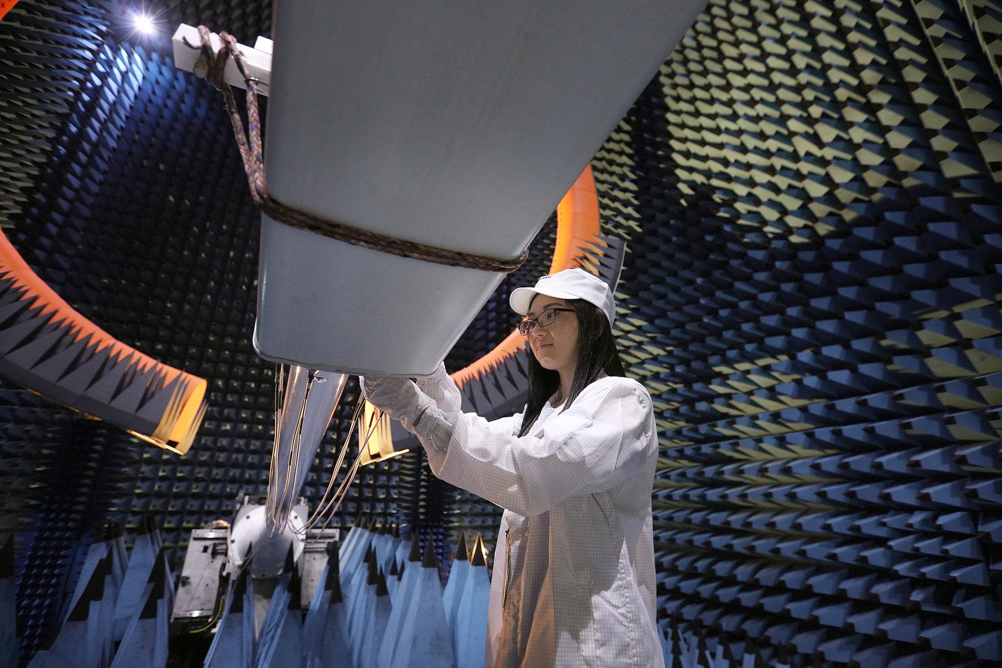 Inspection d'antenne chez Huawei. Photo: Huawei