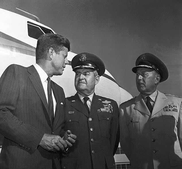 ohn F. Kennedy og general Curtis LeMay (i midten) og general Thomas S. Power, 1962, foto: Wikipedia